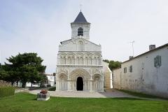 Eglise Saint-Martin - Français:   Chadenac C-M. L\'église Saint-Martin du 12ème siècle constitue l\'un des joyaux de l\'art roman. Mais cette église a une autre particularité: elle possède un \