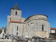 Eglise Saint-Pierre - Français:   La façade sud-est de l\'église Saint Pierre de Champdolent (Charente-Maritime, France).