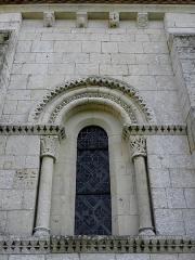 Eglise Notre-Dame - Église Notre-Dame d'Échillais (17). Fenêtre de l'abside.