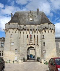 Château - Français:   Le châtelet d\'entrée du château de Jonzac, Charente-Maritime, Poitou-Charentes, France.
