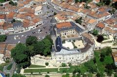 Château - Français:   Jonzac C-M Le Chateau. Dominant la Seugne, ses structures initiales datent du 11ème siècle et il fut restauré au 15ème siècle. Actuellement siège de la Sous-préfecture et d\'un Centre culturel, il est l\'objet d\'une importante fréquentation touristique.
