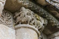Eglise Saint-Sulpice - English: A knight riding and fighting a dragon, romanesque capital, Church Saint Sulpitius, Marignac, Charente-Maritime, France