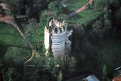 Château - Français:   MONTGUYON Charente Maritime. Le Château. Attestée au 11ème siècle, cette puissante forteresse perdure jusqu\'à la révolution où un incendie accidentel (la foudre) la réduit à l\'état de ruine.