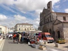 Eglise Saint-Vivien - English: Pons (Charente-Maritime) marché-brocante devant l'église Saint-Vivien