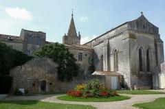 Eglise Saint-Pierre - Français:   Arrière de l\'église Saint-Pierre Pont-l\'Abbé-d\'Arnoult Charente-Maritime France