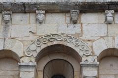 Eglise Saint-Vincent - Français:   Détail du décor de la façade occidentale de l\'église Saint-Vincent de Réaux, Charente-Maritime, Poitou-Charentes, France.