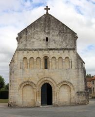 Eglise Saint-Vincent - Français:   Façade occidentale de l\'église Saint-Vincent de Réaux, Charente-Maritime, Poitou-Charentes, France.