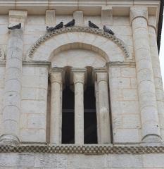 Eglise Saint-Vincent - Français:   Détail des ouvertures du clocher roman de l\'église Saint-Vincent de Réaux, Charente-Maritime, Poitou-Charente, France.