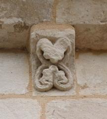 Eglise Saint-Vincent - Français:   Modillon d\'une corniche de l\'église Saint-Vincent de Réaux, Charente-Maritime, Poitou-Charentes, France.