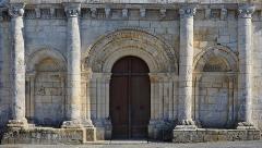 Eglise Saint-Trojan - Français:   Rez-de-chaussée de la façade de l\'église (XIIe siècle) de Rétaud, Charente-Maritime, France.
