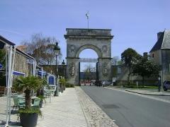 Arsenal - Français:   Porte de l\'Arsenal de Rochefort, Charente-Maritime Porte d\'entrée de l\'Arsenal dite Porte du Soleil.