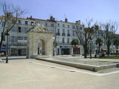 Fontaine - Français:   La Fontaine Place Colbert à Rochefort, Charente-Maritime.