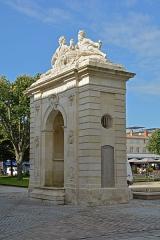 Fontaine - Français:   Fontaine de la place Colbert a Rochefort, Charente-Maritime, France