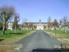 Hôpital maritime - Français:   Allée centrale et façade sud de l\'Hôpital maritime de Rochefort, Charente-Maritime.