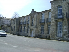 Ancien Hôtel de Cheusse, dit Hôtel de l'Intendance maritime - Français:   L\'Hôtel de Cheusses à Rochefort, Charente- Maritime.  Façade est.  L\'Hôtel abrite aujourd\'hui le Musée National de la Marine.