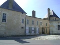 Ancien Hôtel de Cheusse, dit Hôtel de l'Intendance maritime - Français:   L\'Hôtel de Cheusses à Rochefort, Charente- Maritime.  Coté Nord de l\'Hôtel.  L\'Hôtel abrite aujourd\'hui le Musée National de la Marine.