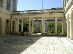 Hôtel de la Bourse, actuellement Greffe du Tribunal de Commerce - Français:   Hôtel de la Bourse de la Rochelle. Rue du Palais.  Aujourd\'hui, siège de la chambre de commerce et d\'industrie.  Aperçu de la cour intérieure.
