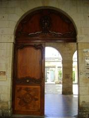 Hôtel de la Bourse, actuellement Greffe du Tribunal de Commerce - Français:   Hôtel de la Bourse de la Rochelle. Rue du Palais. Aujourd\'hui, siège de la chambre de commerce et d\'industrie. Porte d\'entrée donnant sur la rue du Palais.