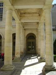 Hôtel de la Bourse, actuellement Greffe du Tribunal de Commerce - Français:   Hôtel de la Bourse de la Rochelle. Rue du Palais.  Aujourd\'hui, siège de la chambre de commerce et d\'industrie.  Colonnade sur la cour intérieure.