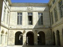 Hôtel de la Bourse, actuellement Greffe du Tribunal de Commerce - Français:   Hôtel de la Bourse de la Rochelle. Rue du Palais.  Aujourd\'hui, siège de la chambre de commerce et d\'industrie.  Façade donnant sur la cour intérieure.