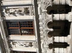 Hôtel de ville -  Cour de l'Hôtel de Ville, La Rochelle, France. Colonnes et arc à double clé pendante. Au dessus, deux statues allégoriques: La Justice et La Force entre des colonnes corinthiennes