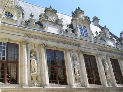 Hôtel de ville - This building is classé au titre des Monuments Historiques. It is indexed in the Base Mérimée, a database of architectural heritage maintained by the French Ministry of Culture,under the reference PA00104890 .