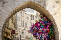 Porte de la Grosse-Horloge - English: Grosse Horloge in La Rochelle and balloons