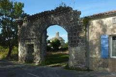Ancienne abbaye de Montierneuf - Français:   Vestige de la porte du prieuré de Montierneuf Saint-Agnant Charente-Maritime France