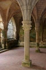 Vestiges de l'ancienne abbaye de Fontdouce - Français:   Abbaye de Fontdouce (XIIe-XVe siècles, restaurée au XXe): colonne et chapiteau. Saint-Bris-des-bois, Charente-Maritime (France)