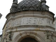 Fontaine du Pilori - Français:   Détail de la face est de la fontaine du Pilori de Saint-Jean-d\'Angély. Texte: «L AN MVCXLVI IE FUS EDIFIE ET ASSIZ».