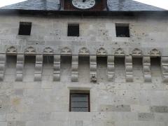 Tour de l'Horloge - Français:   Détail de la façade est de la tour de l'Horloge à Saint-Jean-d\'Angély.