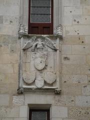 Tour de l'Horloge - Français:   Blason sur la façade est de la tour de l'Horloge à Saint-Jean-d\'Angély.