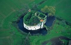 Château - Français:   Voici l\'état initial des ruines, avant les travaux de restauration.