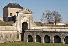 Citadelle et fortifications -  Porte de La Couarde, dite des Campani à Saint-Martin-de-Ré - Île de Ré    Photo issue de la banque d'images: www.imagesdile.com  Pep.per 8 mars 2006 à 10:08 (CET)
