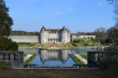 Château de la Rochecourbon - Français:   Vue du parc du château de la Roche-Courbon, son lac, ses jardins à la française.