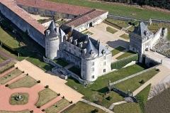 Château de la Rochecourbon - Français:   Château de la Rochecourbon. Le 15ème siècle voit la construction initiale. Au 20ème siècle, Paul Chénereau lui redonna son lustre  et son gendre, Jacques Badoit aura le mérite d\'entreprendre et de réussir, au 21ème siècle, les grands travaux de restauration qui lui donneront sa splendeur actuelle.