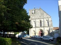 Eglise Saint-Savinien -  Esplanade de l'église de Saint-Savinien (17).