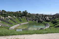 Restes de l'amphithéâtre gallo-romain - Français:   Non, il ne s\'agit pas d\'un lieu consacré aux nomachies! Mais la capricieuse Charente déborde parfois fort loin de son lit...