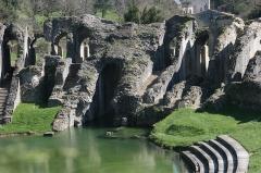 Restes de l'amphithéâtre gallo-romain - Français:   La cavea de l\'amphithéâtre de Saintes inondée par la Charente.