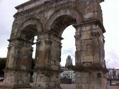 Arc de Triomphe - Français:   vue lointaine de Saint Pierre de Saintes dans l\'ar de Germanicus, été 2013