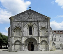 Eglise Sainte-Marie-aux-Dames - Français:   Façade occidentale de l\'abbatiale Sainte-Marie aux Dames de Saintes (17).