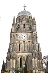 Eglise Saint-Pierre - Français:   Saintes. Façade et clocher de la cathédrale Saint-Pierre.