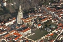 Eglise Saint-Pierre - Français:   La basilique Saint-Europe, datée du 11ème siècle, possède une crypte abritant le tombeau du saint. Sa flèche gothique culmine à 80 mètres du sol.