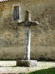 Eglise Saint-Pierre-ès-Liens - English: Thaims ( Charente-Maritime ). Saint-Pierre de Thaims - Stone cross in the churchyard.