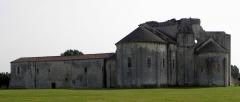 Ruines de l'ancienne abbaye - Français:   Abbaye de Trizay (17).