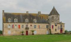 Ancien château, actuellement Hôtel de ville - English: The Old Town Hall, Pons, Charente-Maritime, France.