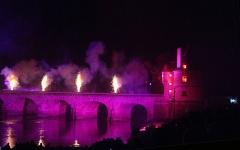 Pont Henri IV - Français:   Pont Henri-IV, vu depuis la rive Ouest aval, vu de profil pendant le feu d\'artifice de commémoration de ses 400 ans