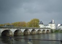 Pont Henri IV - Français:   Pont Henri-IV, Chatellerault, vue générale depuis la rive Est aval, les 2 tours caractéristiques sont visibles à l\'extrémité opposée. Il franchit la Vienne. Vue de 3/4.