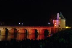 Pont Henri IV - Français:   Pont Henri-IV, vu depuis la rive Ouest aval, de profil, pendant le feu d\'artifice de commémoration de ses 400 ans. 5 arches et la tour Nord.