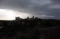 Château baronial ou des Evêques de Poitiers - Français:   Vue panoramique de la cité de Chauvigny (86) par un soir d\'orage.